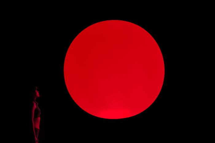 チームラボ《空中浮揚》 (C)チームラボ(写真=オフィシャル提供) 上昇しているときは赤く光る
