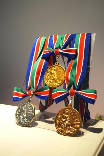1964年東京オリンピックのメダルのレプリカを持って写真を撮影できるフォトスポットも