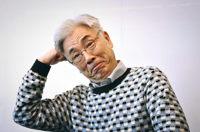 夏目漱石の有名なポーズを真似するイッセー尾形。 [撮影]吉永美和子(人物すべて)