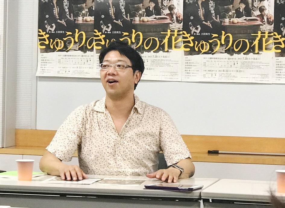 『きゅうりの花』について語る土田英生。舞台となる下河部町は、愛知県の猿投山辺りをイメージしたそうだ。 [撮影]吉永美和子