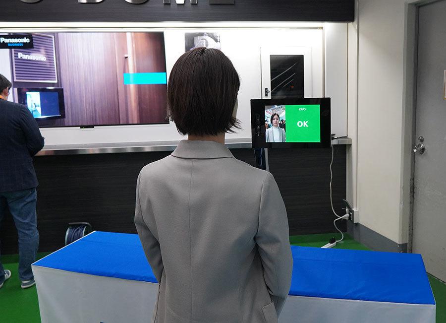 利用者の顔情報をカメラで読み取り、入場時に本人認証する