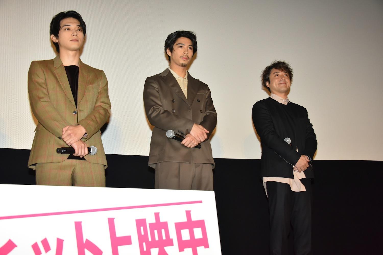 左から、吉沢亮、賀来賢人、ムロツヨシ