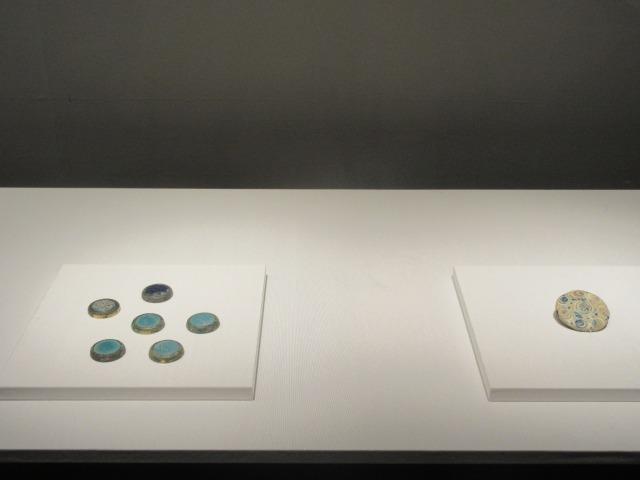 左:円形飾 右:七星文装飾盤 ともに戦国ー前漢時代 中国 MIHO MUSEUM