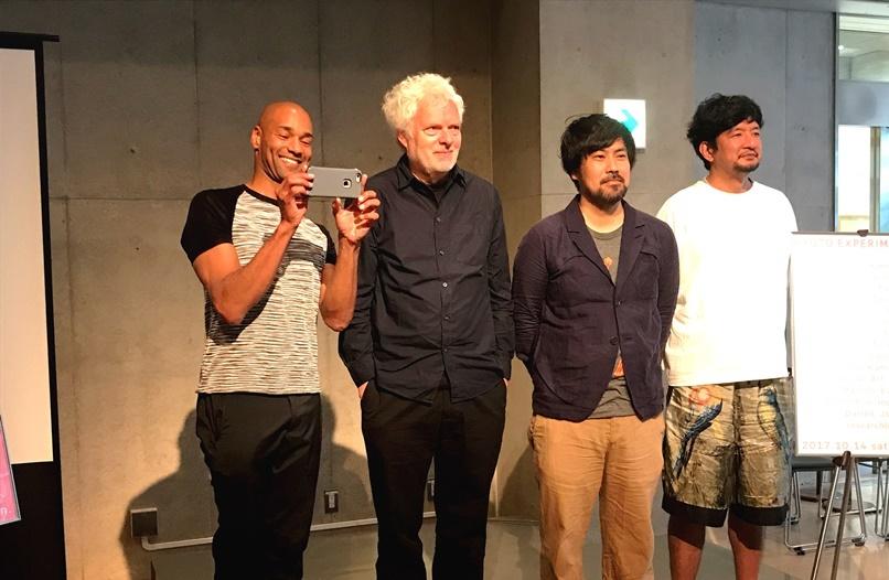 「KYOTO EXPERIMENT 京都国際舞台芸術祭2017」会見参加アーティスト。左からダレル・ジョーンズ、ハイナー・ゲッベルス、金氏徹平、家成俊勝(researchlight) [撮影]吉永美和子