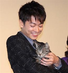 佐藤健が「唯一の癒し」と抱っこ!愛猫にメロメロ