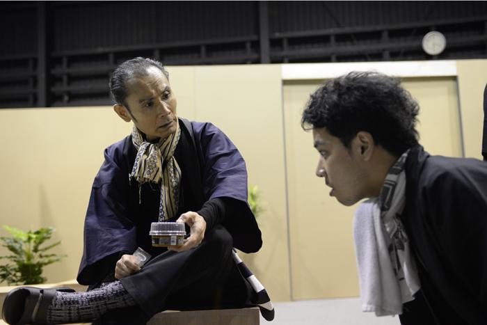 (左から)片岡鶴太郎、佐藤祐基 威勢の良いべらんめえ口調で、アイスクリームについてお小言中