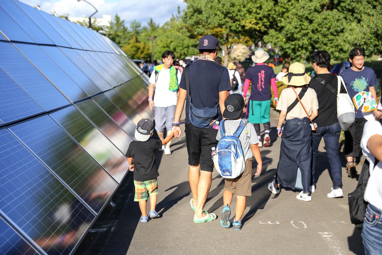 ソーラーパネルと子供たち、このフェスを象徴する一コマ