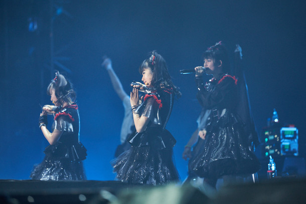 Metallica「WorldWired Tour 2017」韓国・Gocheok Sky Dome公演に出演したBABYMETAL。(Photo by Tsukasa Miyoshi [Showcase ] )