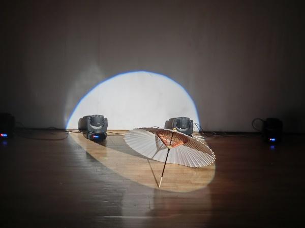 舞台に残された傘に照明が当たると、何とも言えない風情がある。(2016/7/3)