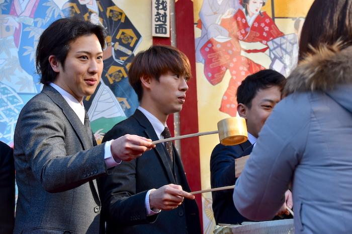 酒を振る舞う尾上松也(左)、坂東巳之助ら