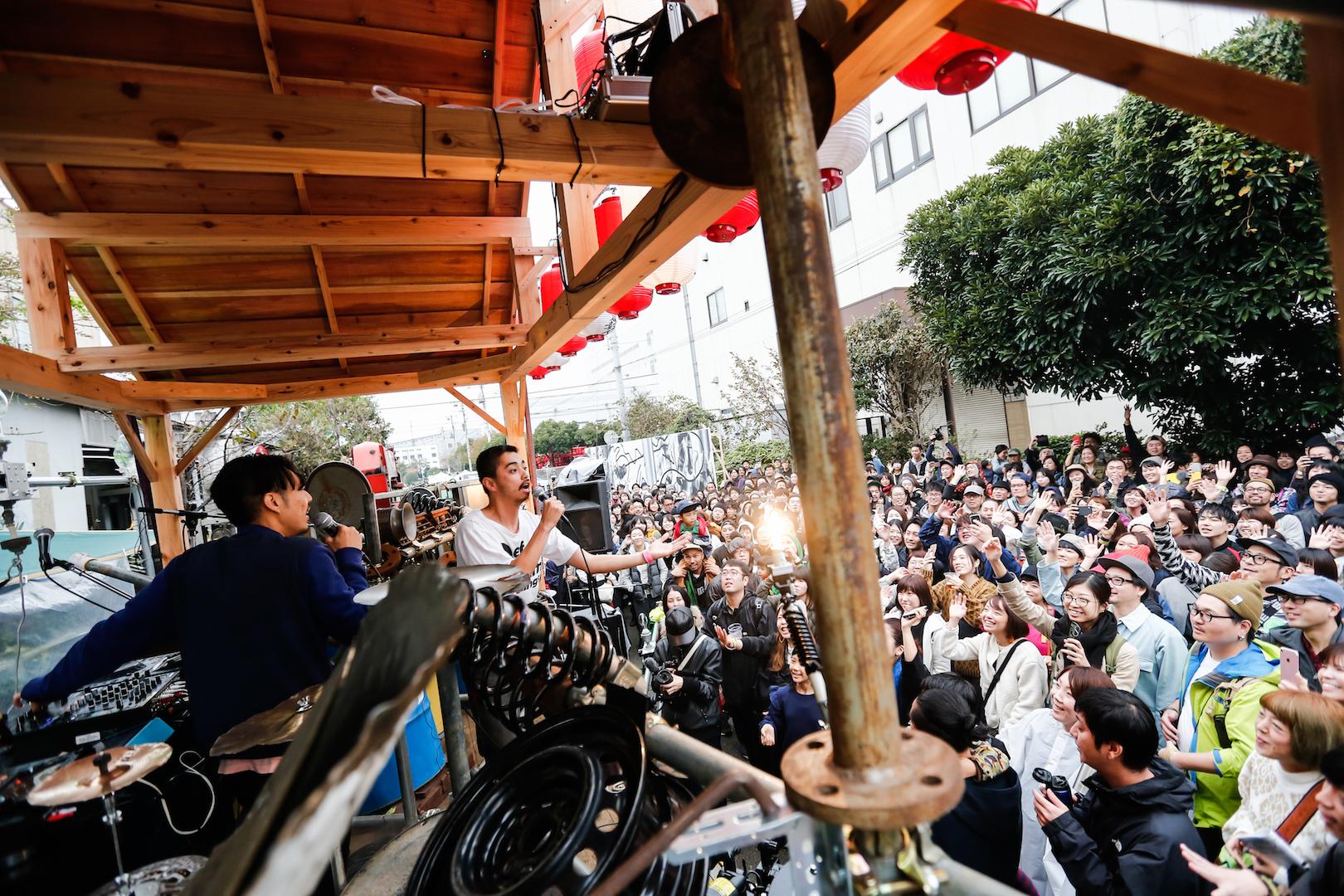 鉄工島FES 2018・KAKATO(環ROY×鎮座DOPENESS)・山車ステージ(山本修路_市川平)」 (C)行本正志