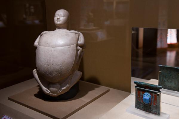 左:《創造の卵を持つスカラベとして表現された原初の神プタハ》第3中間期・第25王朝(クシュ王朝)、前746〜前655年頃