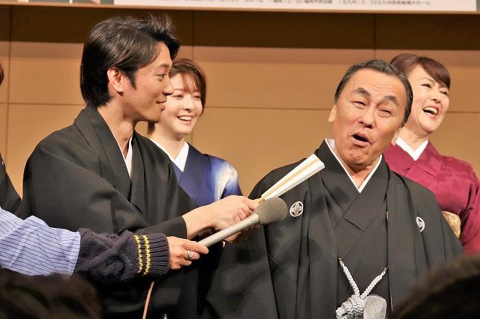 辰巳さんは扇子をマイクに見立てて本物のリポーターと共に佐藤さんに直撃!(その後逆襲されていました)