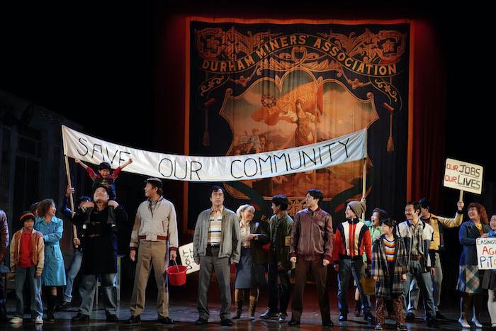 『ビリー・エリオット』舞台写真。中央:益岡徹、左手:星智也(撮影:田中亜紀)