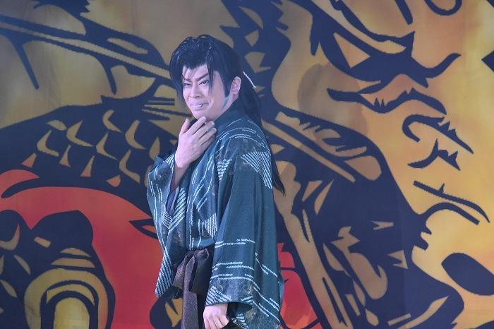 後見・里美祐樹(さとみ・ゆうき)さん。メンバーカラーは緑。周りの劇団員にも客席にも、温かな気遣いを見せる。