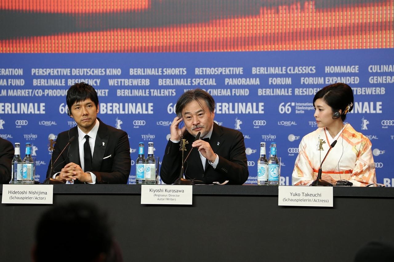 左から西島秀俊、黒沢清監督、竹内結子 記者会見でのようす