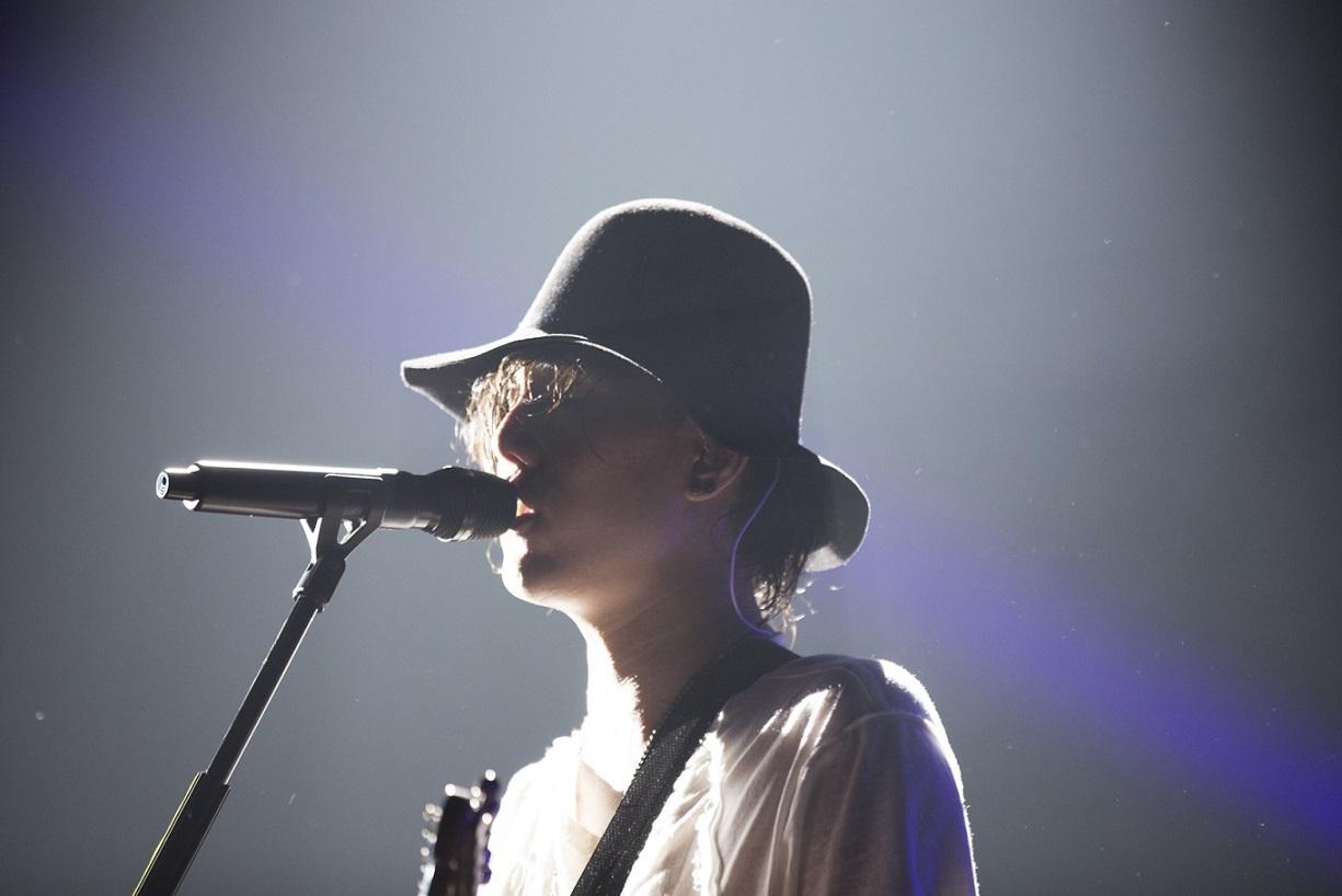 ぼんやりとした光の中で歌うRADWIMPSの野田洋次郎