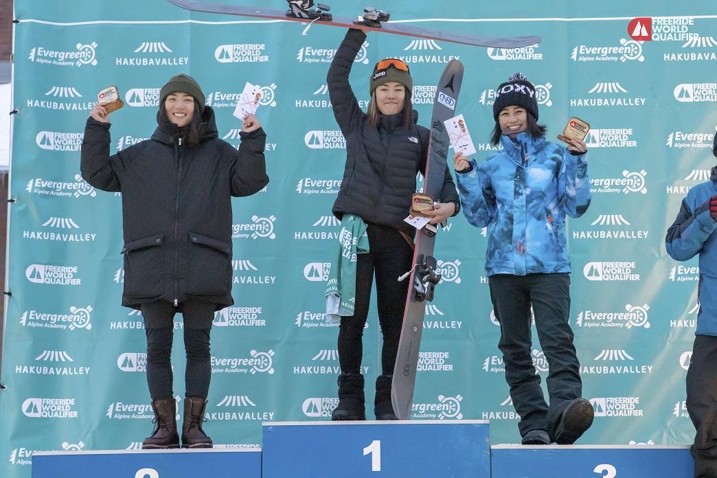 女子スキー部門で優勝し、本戦への出場権を獲得した小野塚彩那(中央) freerideworldtour.com/T.TAYAGAKI