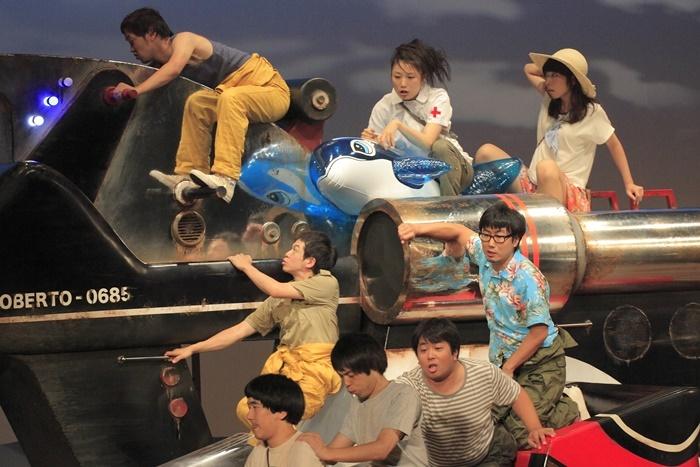 ヨーロッパ企画 第30回公演『ロベルトの操縦』(2011年)より。右から二番目が中山祐一朗。 [撮影]清水俊洋
