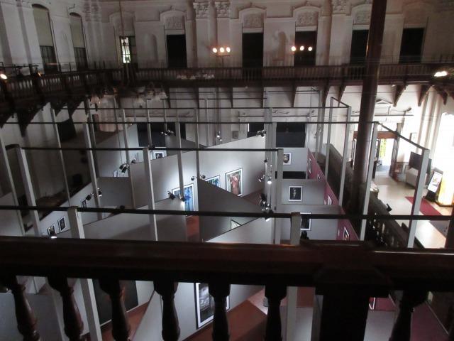 天井高の空間には、大判プリントによるダイナミックな写真の数々が。