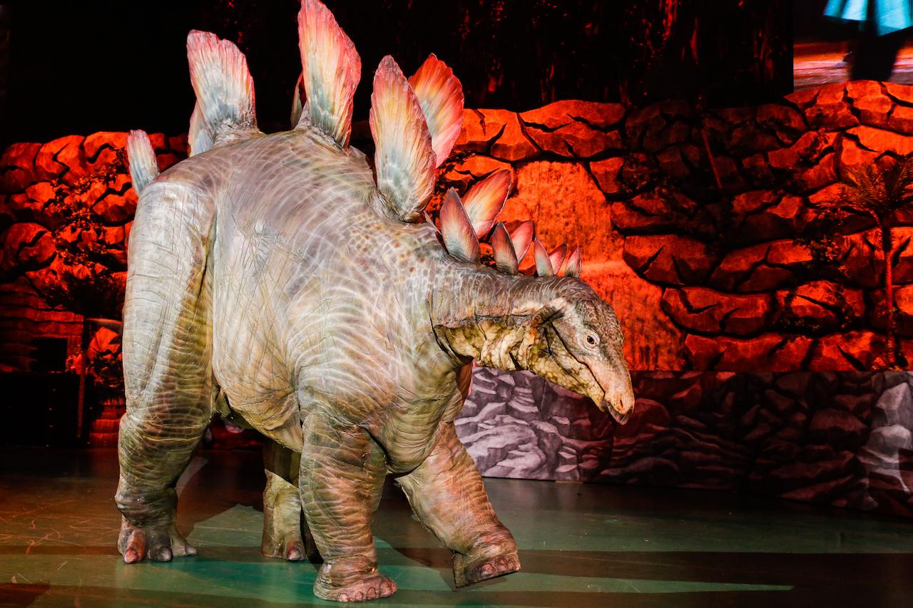 恐竜の中でもメジャーなステゴサウルスも登場! リアルな動きに目を奪われる。