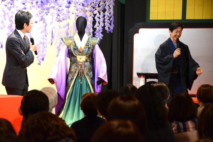岩長姫の衣裳(中央)について語る市川笑也(右)