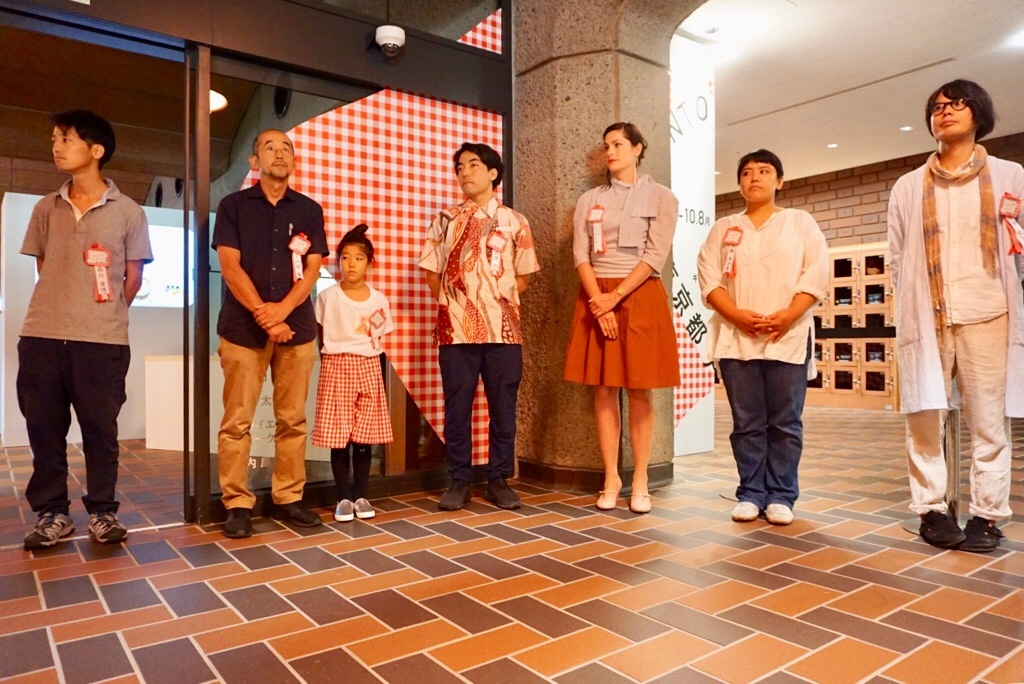 (左から)森内康博氏、小山田徹氏(共同制作した娘さん)、北澤潤氏、マライエ・フォーゲルサング氏、大塩あゆ美氏、小倉ヒラク氏
