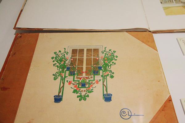 画集『日向へ』 カーリンがデザインした花台が表紙のモチーフ
