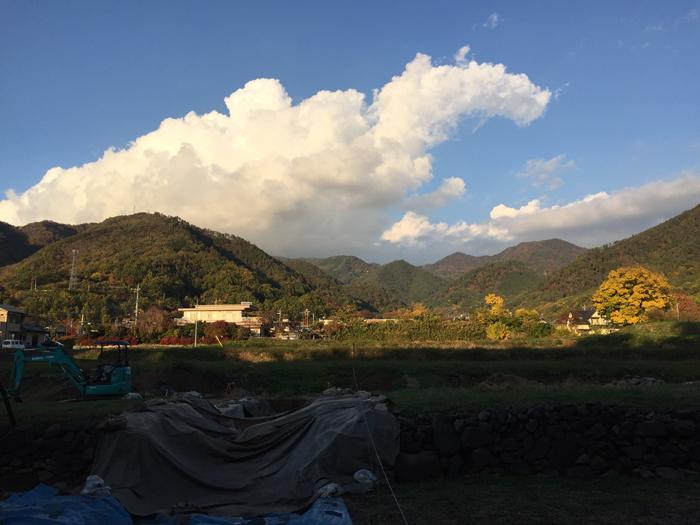 武田神社から要害山を眺める