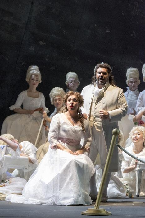 第一幕の舞台は全体に白く輝いている、しかしそこには「革命」の影が射す… 撮影:寺司正彦 提供:新国立劇場