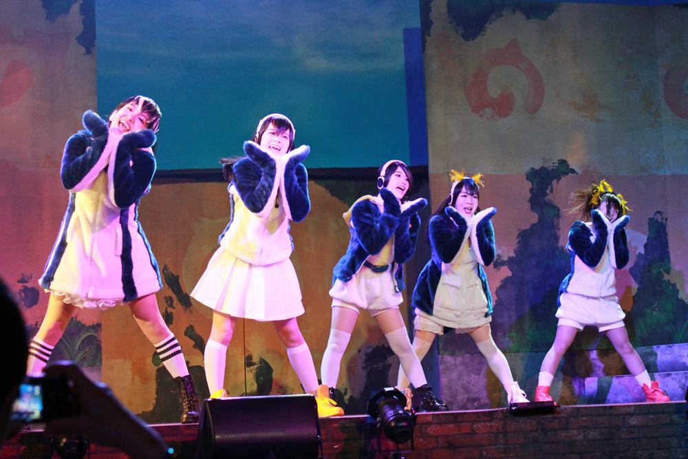 """PPP""のライブシーン。左から築田行子、田村響華、根本流風、佐々木未来、相羽あいな。"