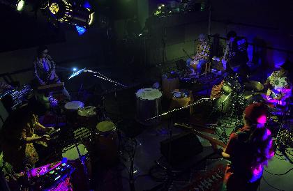 YUI&The Mahadhi Bohemians、数多の民族楽器のグルーヴに包まれた夜ーー配信ライブのオフィシャルレポートが到着