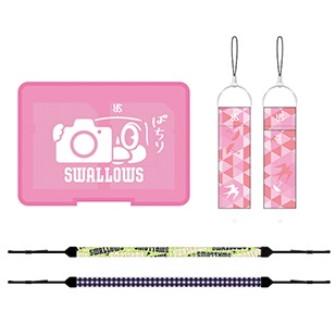 「カメラ女子シート」にはスワローズオリジナルカメラアクセサリー3点  (カメラストラップ1個、フィンガーストラップ1個、SDカードケース1個)が付属する