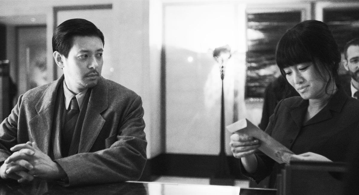 左から、オダギリジョー、コン・リー  『サタデー・フィクション』 (C)YINGFILMS
