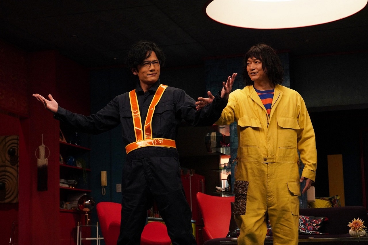 左から、稲垣吾郎演じるレッツ大納言、香取慎吾演じる舎人真一