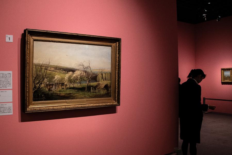 展示風景。左手は、アレクセイ・サヴラーソフ《田園風景》1867年 油彩・キャンバス (C) The State Tretyakov Gallery