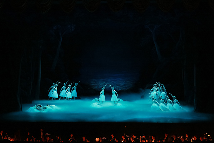 『白鳥の湖』第4幕(振付:関直人) 撮影:スタッフ・テス