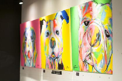 犬を題材にしたカラフルな絵画を楽しむ DOG ART展が会期を延長して開催