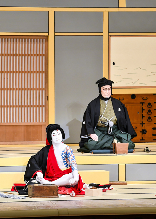『弁天娘女男白浪』(奇数日)左から、弁天小僧菊之助=松本幸四郎、日本駄右衛門=松本白鸚