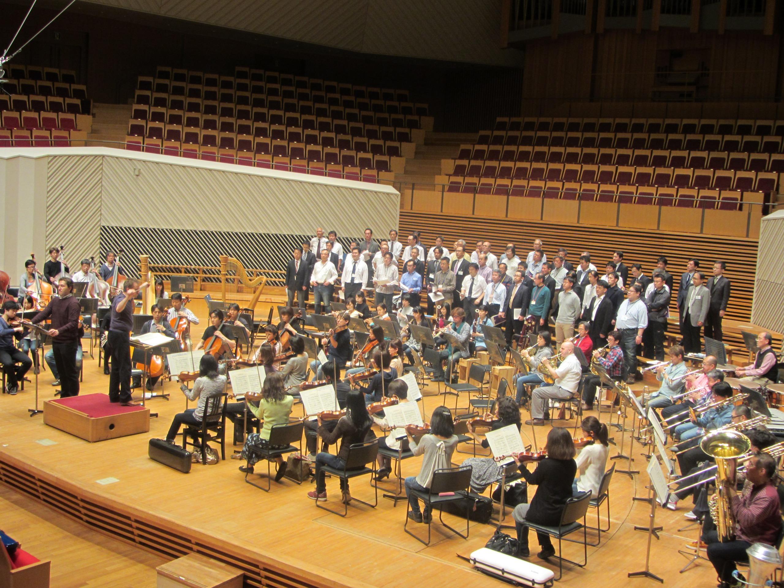 語り手、男声合唱と管弦楽が揃う 提供:東京交響楽団