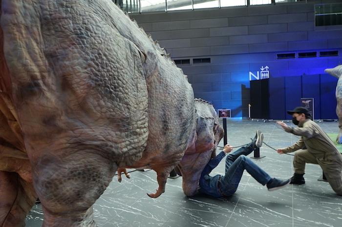恐竜くんがティラノサウルスに襲われる凄惨な一コマ。レンジャーの救助により奇跡的に大事には至らなかった