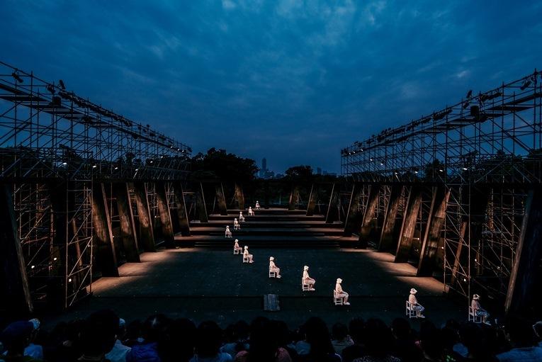 維新派 『AMAHARA~當臺灣灰牛拉背時』台湾人キャスト中心のシーン。 Image by National Kaohsiung Center for the Arts (Weiwuying)
