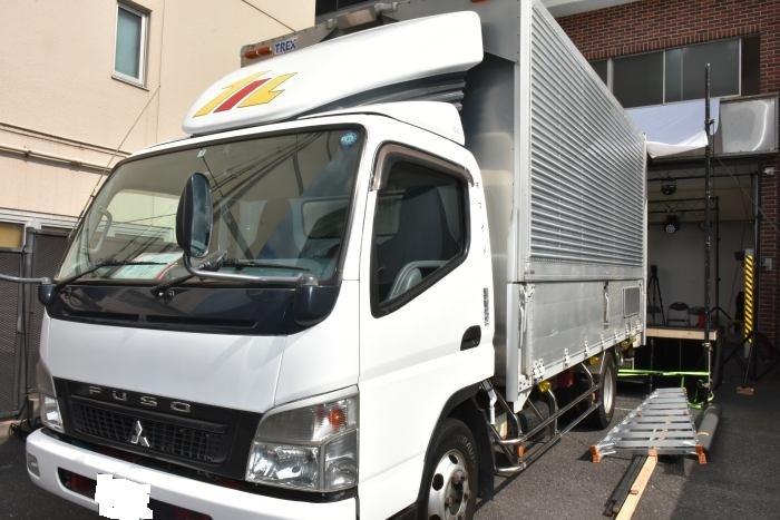 配達舞台で使われたトラック 一部画像処理(撮影:鳩羽風子)