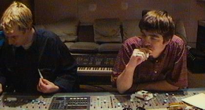 オアシスのリアム・ギャラガーが「シャンペン・スーパーノヴァ」を一発録り!1995年の貴重なレコーディング映像を公開