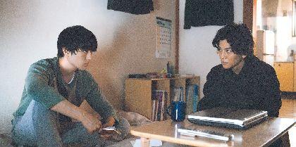岩田剛典と新田真剣佑が鋭い視線を交わす 映画『名も無き世界のエンドロール』新たな場面写真7点&ポスタービジュアルを解禁