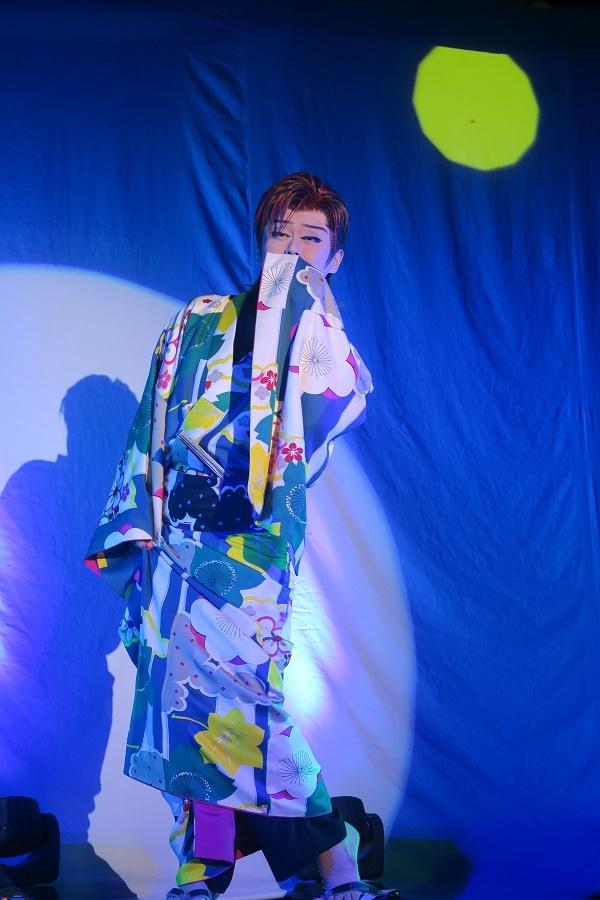 """橘炎鷹座長。""""月夜に月夜に""""という歌詞のところで月がポカンと出る。(2016/6/26) 半田なか子さん撮影"""
