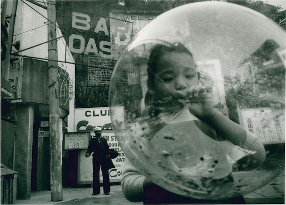 東松照明『横須賀』1958年 ©東松照明 Courtesy of MISA SHIN GALLERY