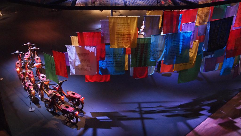 ジョンペット・クスウィダナント《言葉と動きの可能性》2013年 原動機のないモーターバイク、旗 サイズ可変 所蔵:森美術館、東京