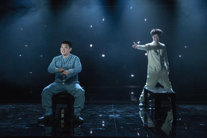 「宇宙の男たち」  (Photo by Nah Seung-yeol, provided by National Theater Company of Korea.)