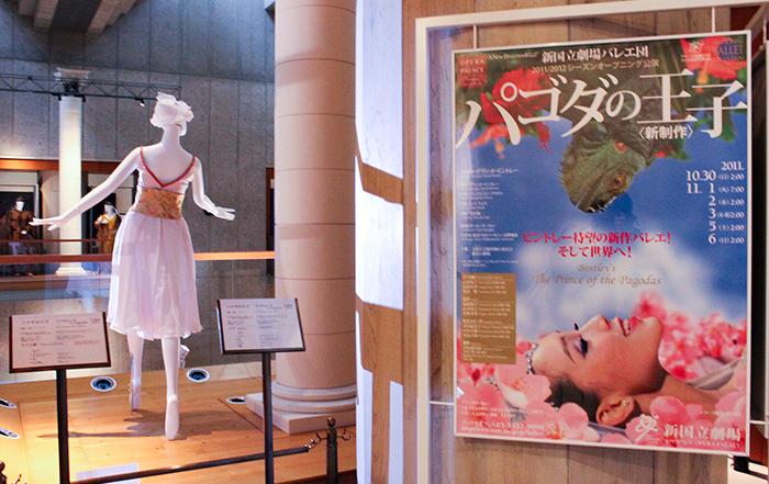 バレエ『パゴダの王子』さくら姫の衣裳。隣には王子の衣裳も